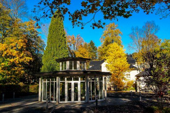 Trinkpavillon im Herbst